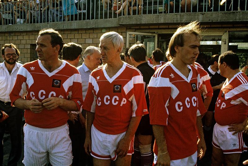 Олег Романцев, Игорь Нетто (в центре), Вагиз Хидиятуллин перед матчем ветеранов. 1991 год