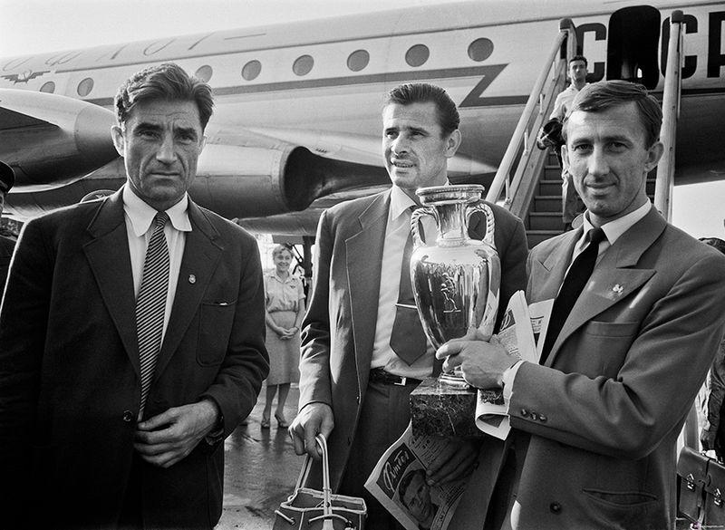 Андрей Старостин, Лев Яшин и Игорь Нетто с кубком Европы. 1960 год