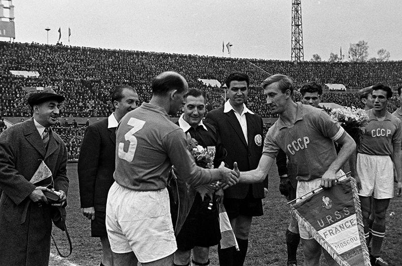 1955 год. СССР — Франция — 2:2. Капитаны команд Роже Марше (слева) и Игорь Нетто