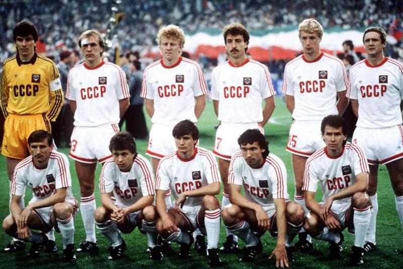 Вагиз Хидиятуллин (стоит второй слева) в составе сборной СССР
